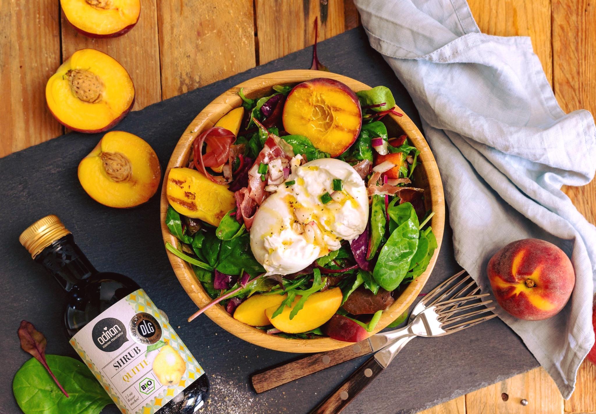Sommersalat mit gegrillten Pfirsichen und @Quitten Shrub